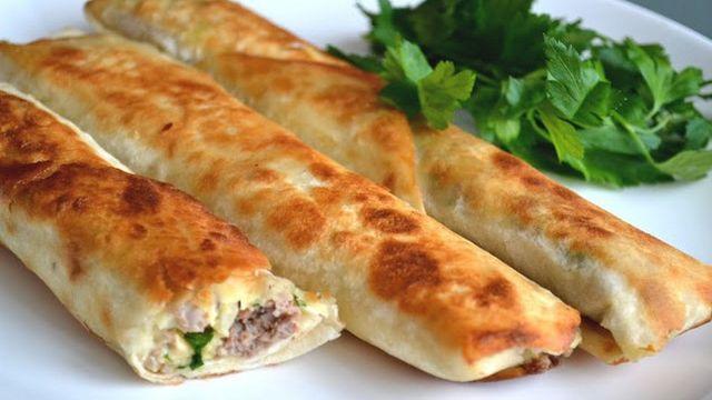 Лаваш жаренный с колбасой и овощами