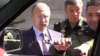 Генерал рассмешил Путина, оторвав ручку у нового «УАЗ Патриота» во время экскурсии