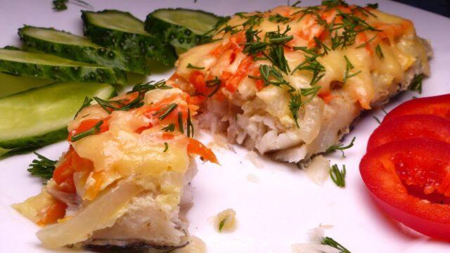 Филе рыбки с картошкой, помидорами и сыром в духовке