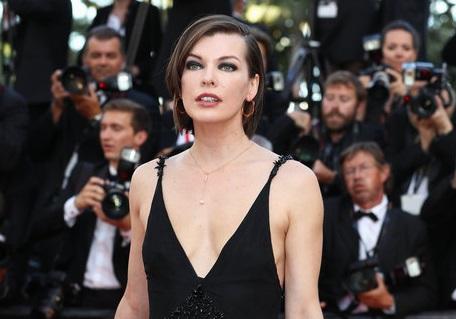 Модные критики не нашли грудь у Милы Йовович на красной дорожке в Каннах