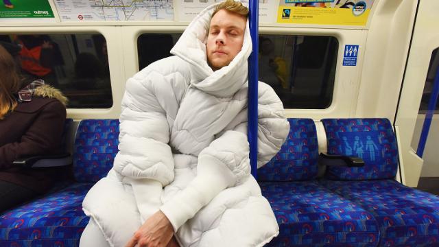 Британские дизайнеры придумали костюм для сна в метро