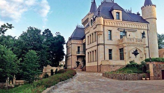 Певица Алла Пугачева может разориться из-за коммунальных платежей за замок