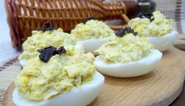 Фаршированные яйца курицей и сыром